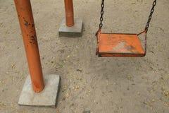 Κενό παλαιό ξύλινο κάθισμα ταλάντευσης Στοκ Εικόνα