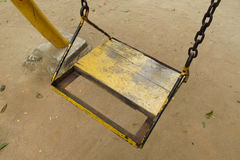 Κενό παλαιό ξύλινο κάθισμα ταλάντευσης Στοκ εικόνα με δικαίωμα ελεύθερης χρήσης