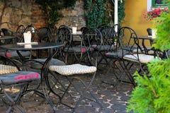 Κενό πεζούλι ενός ρομαντικού καφέ στο Ζάγκρεμπ, Κροατία, Ευρώπη στοκ φωτογραφία