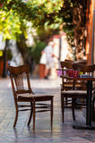 Κενό πεζούλι καφέ με τους πίνακες και τις έδρες Στοκ φωτογραφία με δικαίωμα ελεύθερης χρήσης