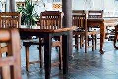 Κενό πεζούλι καφέ με τους πίνακες και τις καρέκλες στην Ασία στοκ εικόνες