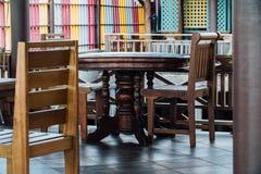 Κενό πεζούλι καφέ με τους πίνακες και τις καρέκλες στην Ασία στοκ εικόνα