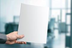 Κενό περιοδικό εκμετάλλευσης χεριών με το διάστημα αντιγράφων Στοκ εικόνα με δικαίωμα ελεύθερης χρήσης