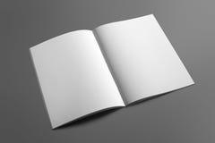 Κενό περιοδικό φυλλάδιων στο γκρι για να αντικαταστήσει το σχέδιό σας Στοκ Φωτογραφία