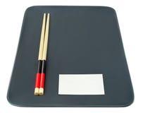 Κενό πιάτο με τα κινεζικά ραβδιά και επαγγελματική κάρτα ελεύθερου χώρου που απομονώνεται με στο λευκό Στοκ εικόνες με δικαίωμα ελεύθερης χρήσης