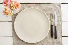 Κενό πιάτο με τις ασημικές Στοκ φωτογραφία με δικαίωμα ελεύθερης χρήσης