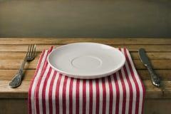 Κενό πιάτο με το δίκρανο και το μαχαίρι Στοκ εικόνα με δικαίωμα ελεύθερης χρήσης