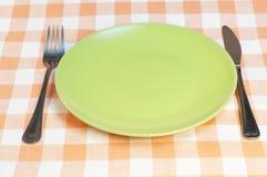 Κενό πιάτο με το δίκρανο και το μαχαίρι Στοκ εικόνες με δικαίωμα ελεύθερης χρήσης