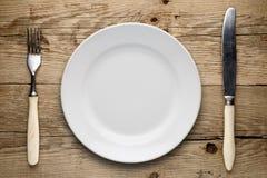Κενό πιάτο, παλαιά δίκρανο και μαχαίρι Στοκ Φωτογραφία