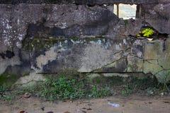 Κενό πιάτο πετρών στον αγροτικό παλαιό τοίχο πετρών Ραγισμένος συμπαγής τοίχος με το κενό πιάτο ονόματος Mossy πρότυπο πετρών στοκ εικόνα