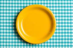 Κενό πιάτο στο ελεγμένο τραπεζομάντιλο Στοκ φωτογραφία με δικαίωμα ελεύθερης χρήσης