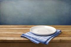 Κενό πιάτο στο τραπεζομάντιλο Στοκ φωτογραφία με δικαίωμα ελεύθερης χρήσης