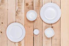 Κενό πιάτο τοπ άποψης στο ξύλινο υπόβαθρο για την επίδειξη ή το montage Στοκ φωτογραφία με δικαίωμα ελεύθερης χρήσης