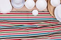 Κενό πιάτο τοπ άποψης στο ξύλινο υπόβαθρο κατασκευασμένο Στοκ εικόνες με δικαίωμα ελεύθερης χρήσης