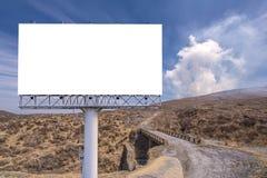 κενό πινάκων διαφημίσεων στο δρόμο επαρχίας για τη διαφήμιση του υποβάθρου Στοκ Φωτογραφία