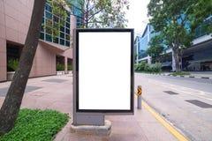 κενό πινάκων διαφημίσεων στο δρόμο με το υπόβαθρο άποψης πόλεων για το advertisin Στοκ Εικόνες