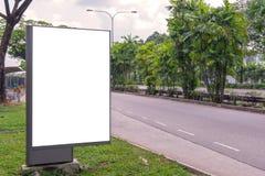 κενό πινάκων διαφημίσεων στο δρόμο με το υπόβαθρο άποψης πόλεων για το advertisin Στοκ Φωτογραφίες