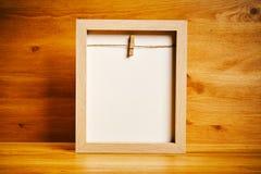 Κενό πλαίσιο στο ξύλινο υπόβαθρο Στοκ εικόνα με δικαίωμα ελεύθερης χρήσης