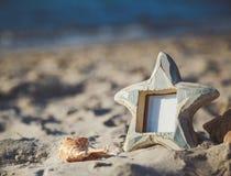Κενό κενό πλαίσιο φωτογραφιών με το διάστημα αντιγράφων στην αμμώδη παραλία Στοκ Εικόνες