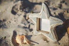Κενό κενό πλαίσιο φωτογραφιών με το διάστημα αντιγράφων στην αμμώδη παραλία Στοκ φωτογραφία με δικαίωμα ελεύθερης χρήσης