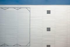 Κενό πλαίσιο χάλυβα πινάκων διαφημίσεων στην πρόσοψη του industial κτηρίου ύφους Στοκ Φωτογραφία