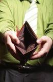 Κενό πορτοφόλι στα αρσενικά χέρια - φτωχή οικονομία Στοκ Φωτογραφία