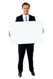 κενό πορτρέτο επιχειρηματιών που εμφανίζει πινακίδα Στοκ φωτογραφία με δικαίωμα ελεύθερης χρήσης