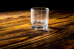Κενό ποτήρι της βότκας στον πίνακα Στοκ Εικόνες