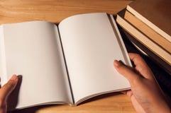 Κενό πρότυπο βιβλίων ανάγνωσης Στοκ Φωτογραφίες