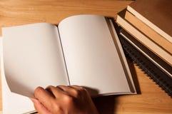 Κενό πρότυπο βιβλίων ανάγνωσης Στοκ Φωτογραφία