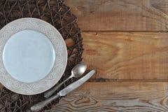 Κενό πρότυπο για τη σύνθεση τροφίμων - πιάτο, μαχαίρι και κουτάλι Στοκ Φωτογραφίες