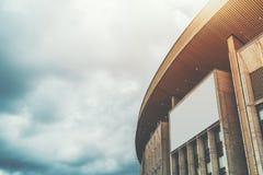 Κενό πρότυπο εμβλημάτων στην κορυφή του κτηρίου Στοκ Εικόνες