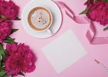 Κενό πρότυπο καρτών εγγράφου, καφές και ρόδινα peonies στοκ εικόνες