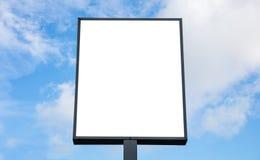 Κενό πρότυπο πινάκων διαφημίσεων για τη διαφήμιση, υπόβαθρο μπλε ουρανού στοκ φωτογραφία με δικαίωμα ελεύθερης χρήσης