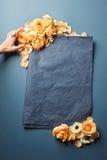 Κενό πλαίσιο με τα λουλούδια Στοκ Εικόνα
