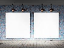 Κενό πλαίσιο με τον ανώτατο λαμπτήρα στο βρώμικο δωμάτιο κεραμιδιών Στοκ Φωτογραφία
