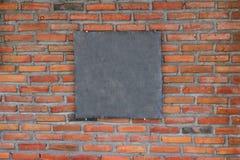 Κενό πλαίσιο πινάκων κιμωλίας στον τούβλινο τοίχο Στοκ Εικόνες