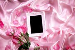 Κενό πλαίσιο φωτογραφιών με ένα γλυκό ρόδινο πέταλο τριαντάφυλλων ανθοδεσμών στο SOF Στοκ φωτογραφία με δικαίωμα ελεύθερης χρήσης