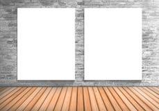 Κενό πλαίσιο δύο λευκός πίνακας σε έναν συγκεκριμένο τοίχο blick και ξύλινος Στοκ Εικόνα