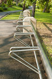 Κενό ράφι ποδηλάτων για τα ποδήλατα χώρων στάθμευσης Στοκ εικόνα με δικαίωμα ελεύθερης χρήσης