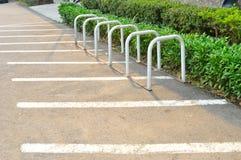 Κενό ράφι ποδηλάτων για τα ποδήλατα χώρων στάθμευσης Στοκ εικόνες με δικαίωμα ελεύθερης χρήσης