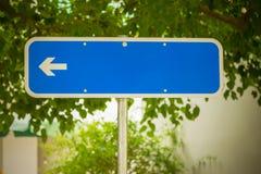 Κενό σημάδι οδών με το βέλος Στοκ φωτογραφίες με δικαίωμα ελεύθερης χρήσης