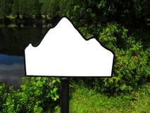 Κενό σημάδι βουνών από τη λίμνη και απότομα. Στοκ εικόνες με δικαίωμα ελεύθερης χρήσης