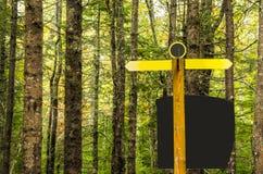 Κενό σημάδι σε ένα δάσος Στοκ φωτογραφία με δικαίωμα ελεύθερης χρήσης