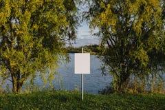 Κενό σημάδι στη λίμνη Κενό διάστημα για το κείμενο, διάστημα αντιγράφων Στοκ φωτογραφίες με δικαίωμα ελεύθερης χρήσης