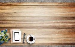 Κενό σημειωματάριο, έξυπνα τηλέφωνο και φλυτζάνι καφέ σε ξύλινο στοκ φωτογραφίες