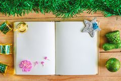 Κενό σημειωματάριο ημερολογίων με τα Χριστούγεννα και τις νέες διακοσμήσεις έτους και διακόσμηση στον ξύλινο πίνακα, πράσινο θέμα στοκ εικόνες