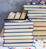 Κενό σημειωματάριο με τα άσπρα φύλλα και πολλά διαφορετικά βιβλία στοκ φωτογραφία με δικαίωμα ελεύθερης χρήσης
