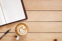 Κενό σημειωματάριο με τη μάνδρα και το φλιτζάνι του καφέ Στοκ φωτογραφίες με δικαίωμα ελεύθερης χρήσης