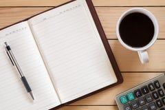 Κενό σημειωματάριο με τη μάνδρα και το φλιτζάνι του καφέ Στοκ Φωτογραφία